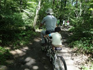 自転車の ジープ 自転車 子供 : 子供たちが沢山乗って、ジープ ...